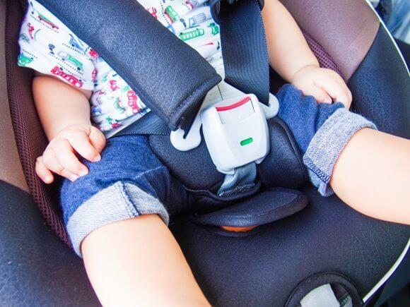 チャイルドシートに乗っている子供