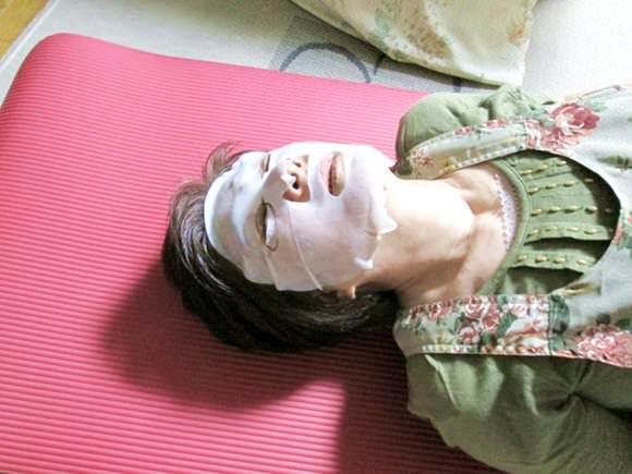 韓国mjcareシートマスクを使っている母