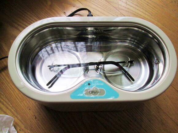 超音波洗浄機にメガネを置いて水を入れたところ