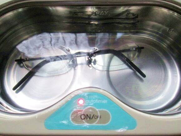 超音波洗浄機でメガネを洗浄しているところ