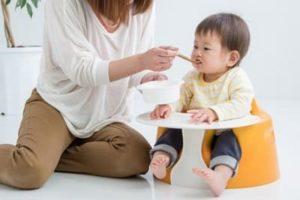 離乳食を食べている子供